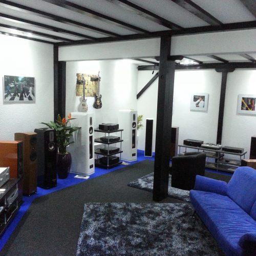 Couch im Geschäft von Singer Hi-Fi & TV in Rheinfelden zum Entspannen beim Testhören