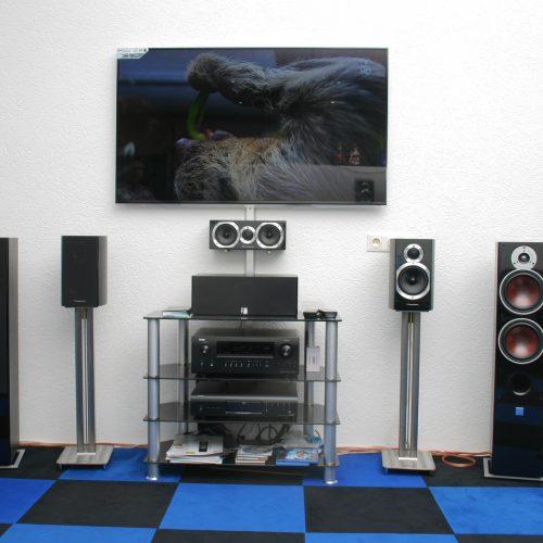 TV mit Soundsystem und Standlautsprecher im Laden von Singer Hi-Fi & TV